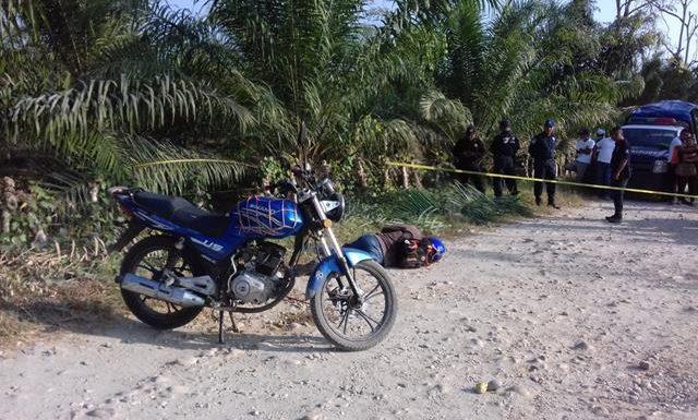 Ejecutan de tres disparos  a motociclista en Acapetahua