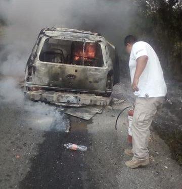 Vehículo consumido por las llamas en Escuintla