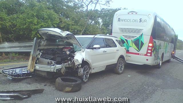 Mueren dos personas al chocar autobús de Rápidos del Sur contra camioneta