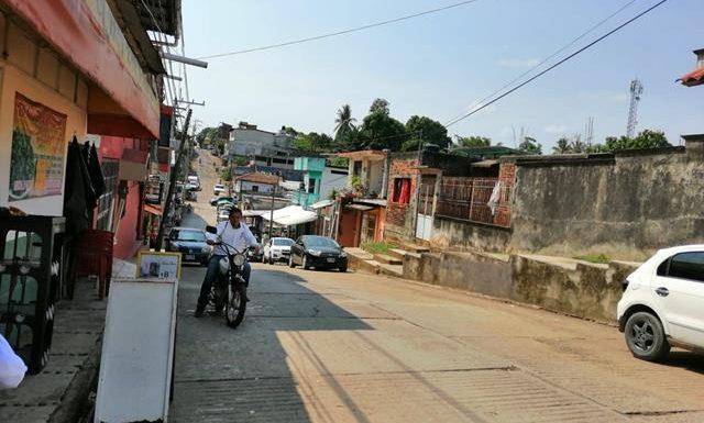 Carro de la CFE se le fueron los frenos y arrolla a triciclero vendedor de naranjas