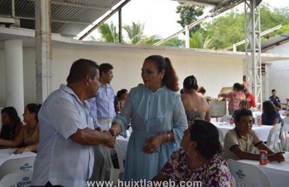 Gobierno y DIF Municipal festejan el día del maestro en Huixtla