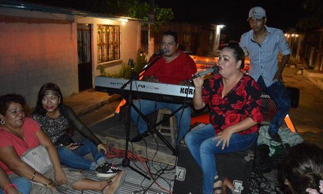 Gobierno y Dif municipal dan serenata a mamás de Huixtla