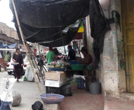 Pescaderas invaden banquetas y calles en Huixtla