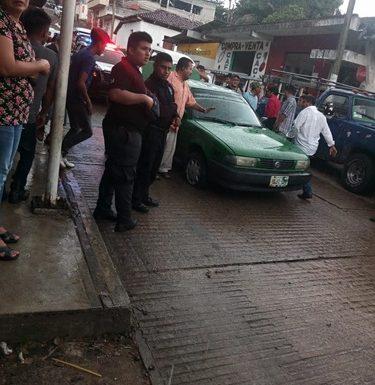 Taxi comaltitleco se quedó sin frenos en Huixtla