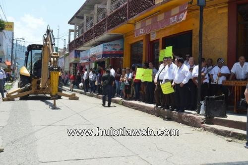 Alcalde de Huixtla José Luis Laparra calderón realiza banderazo de obra