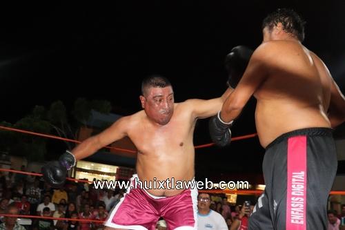 Gran pelea de box se llevó a cabo en el parque central de Huixtla