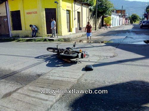 Motociclista es atropellado en calle de Huixtla