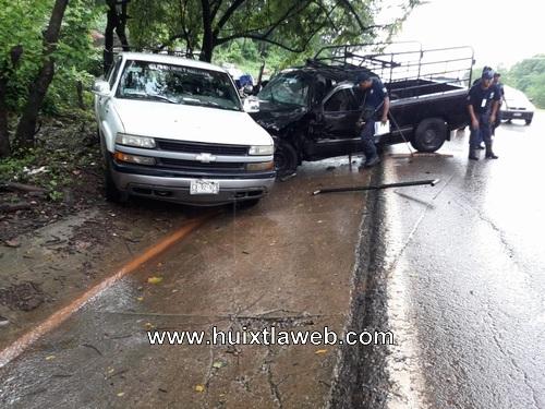 Grave chófer de camioneta al chocar contra tráiler