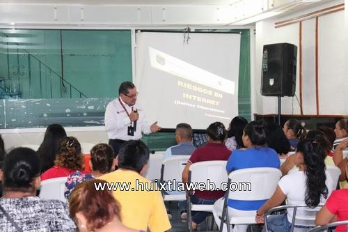 Imparten temas de prevención del delito a padres de familia en Huixtla