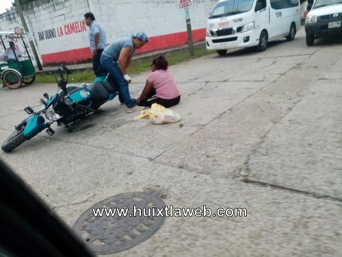 Derrapa motociclista en calle de Huixtla