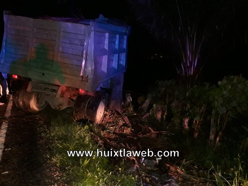 Carro de volteo se impacta contra una palmera en Acapetahua