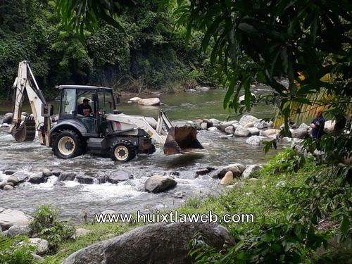 Sin permiso de Conagua ayuntamiento de Tuzantán saquea ríos
