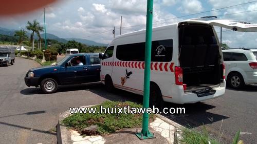 Colisionan colectivo y camioneta en Huixtla