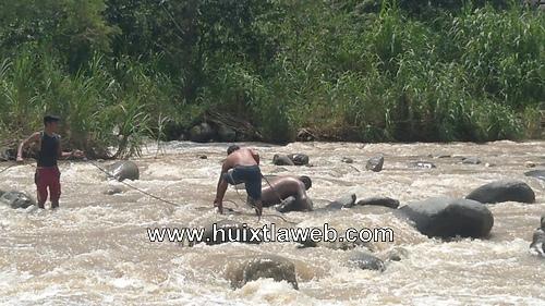 Aparece persona muerta entre piedras en el río Huixtla