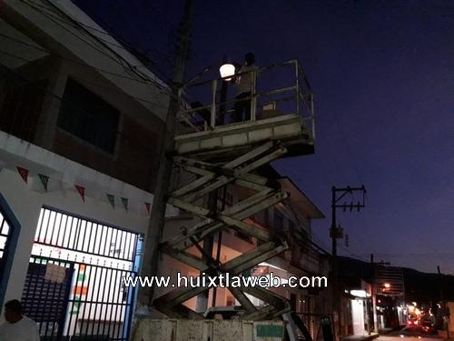 Realizan trabajos de mantenimiento en luminarias de Huixtla