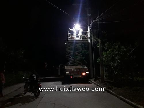 Alumbrado público realizan la instalación de luminarias en calles de Huixtla