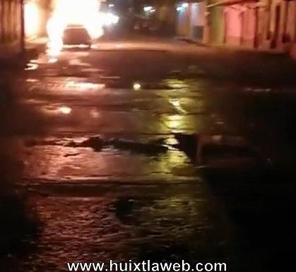 Se incendia auto al arrollar a motocicleta