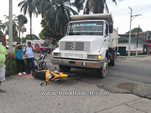Mujer motociclista atropellada por volteo en Huixtla