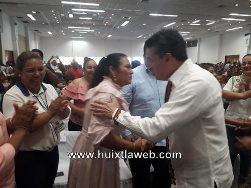 Presidenta del DIF Huixtla en la entrega de apoyos funcionales y tecnológicos del gobernador del estado