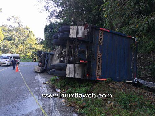 Vuelca camión cargado de cerveza Huixtla a Motozintla