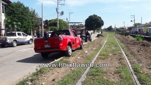 Camioneta arrollada por maquina ferroviaria en Huixtla