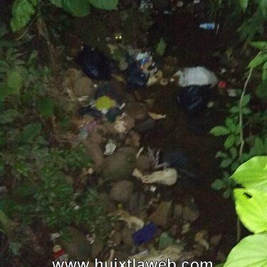 Con residuos de ganado contaminan rio en Tuzantán