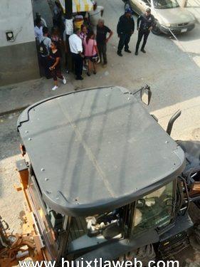 Niño lesionado al caerle escombro en obra de pavimentación de calle