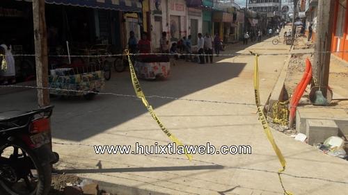 Dos adultos mayores lesionados por alambres de púas en calles en reparación