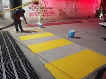 Tránsito y vialidad da mantenimiento a pasos peatonales en principales calles de Huixtla