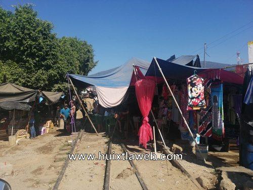 Comerciantes piden desalojar ambulantes de la vía del ferrocarril