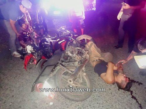 Tres heridos al chocar motocicletas en Huixtla