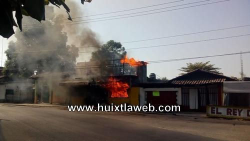 Se incendia pollería en Huixtla