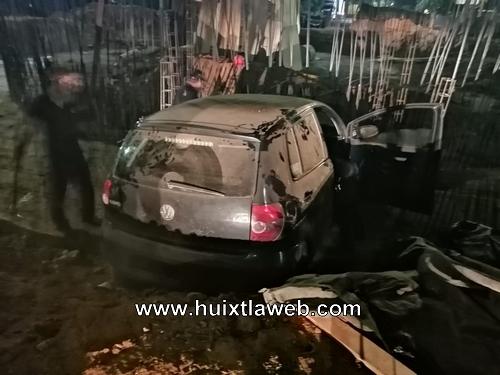 Abandonan vehículo que chocó y cayó a una zanja