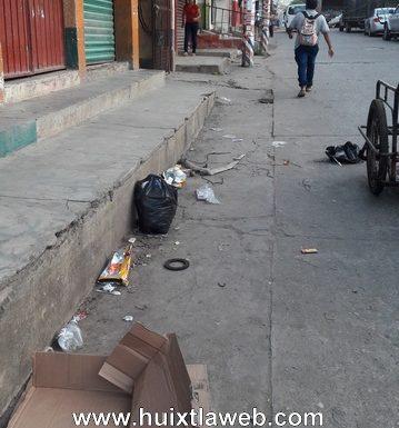 Ambulantes contaminan de basura las calles de Huixtla