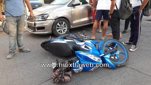 Motociclistas provoca accidente frente al INE de Huixtla