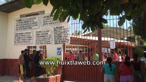 Padres de familia y alumnos toman la escuela secundaria de Huehuetán