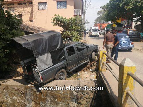 Vehículo cae al arroyo el cusco en Huixtla
