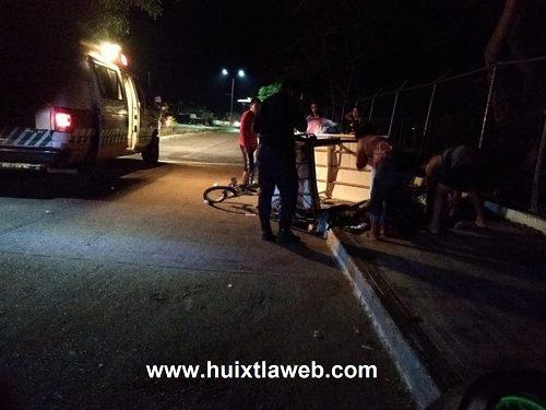 Vehículo arrolla a dos personas en triciclo