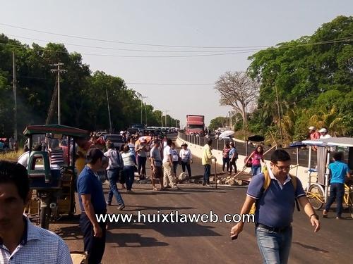 Maestros y padres de familia bloquean carretera Huixtla Tapachula