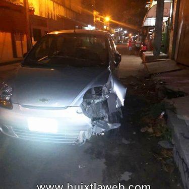 Auto derriba poste de Telmex en Huixtla