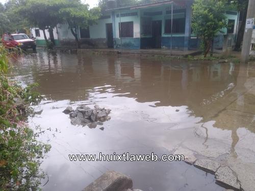 Tapan dren pluvial y se inundan familias en Huixtla