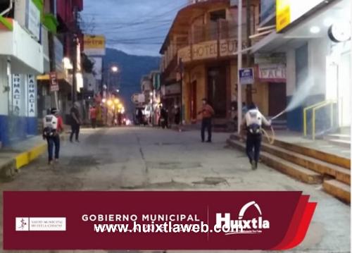 Sanitiza gobierno municipal calles, banquetas y fachadas del primer cuadro de Huixtla