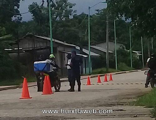 En villa Comaltitlán policías peinan a motociclistas
