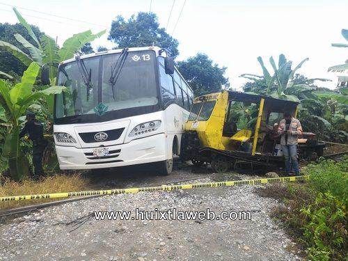 Cinco lesionados al chocar armón de ferrocarril con autobús de personal