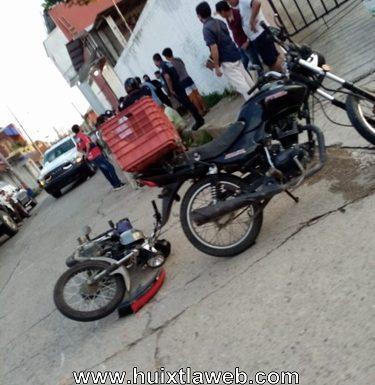 Motociclistas, chocan cerca del mercado de Huixtla