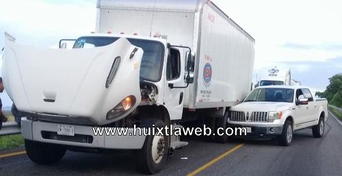 Camioneta de lujo choca contra tráiler en la carretera Pijijiapan – Mapastepec