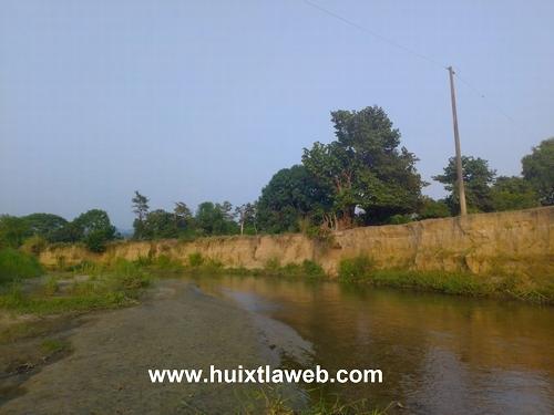 Sin energía eléctrica Tuzantán, poste de la CFE lo arrancó el río