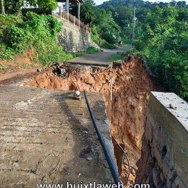 Se derrumba carretera y quedan incomunica comunidades en Tuzantán.