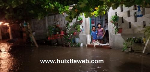 Se desborda río en Acapetahua y provoca inundaciones