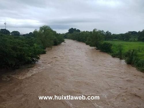 Ventana del río Huixtla provoca inundaciones